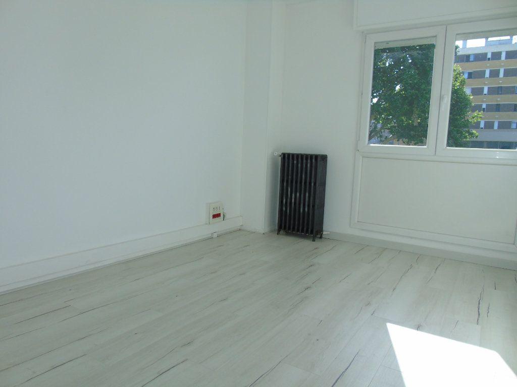 Appartement à louer 4 62.5m2 à Maubeuge vignette-3