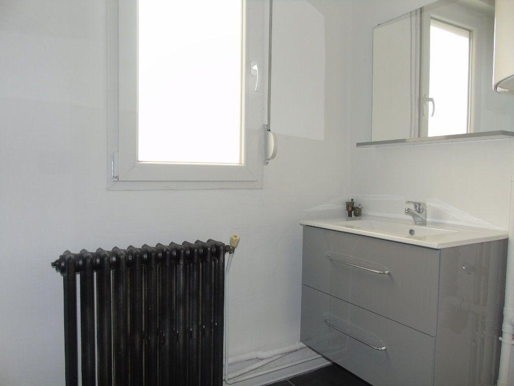 Appartement à louer 4 62.5m2 à Maubeuge vignette-6