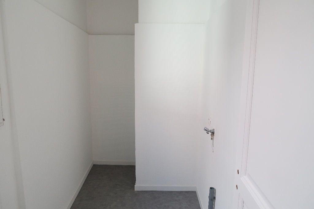Appartement à louer 4 119.2m2 à Saint-Quentin vignette-6