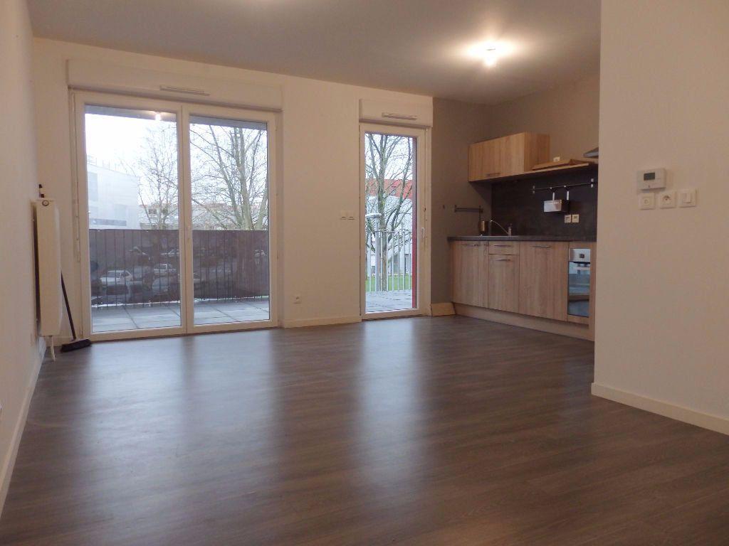 Appartement à louer 3 61.1m2 à Lille vignette-1