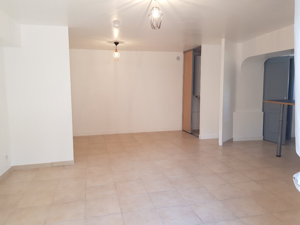 Appartement à louer 2 35.58m2 à Saint-Martin-de-Londres vignette-1