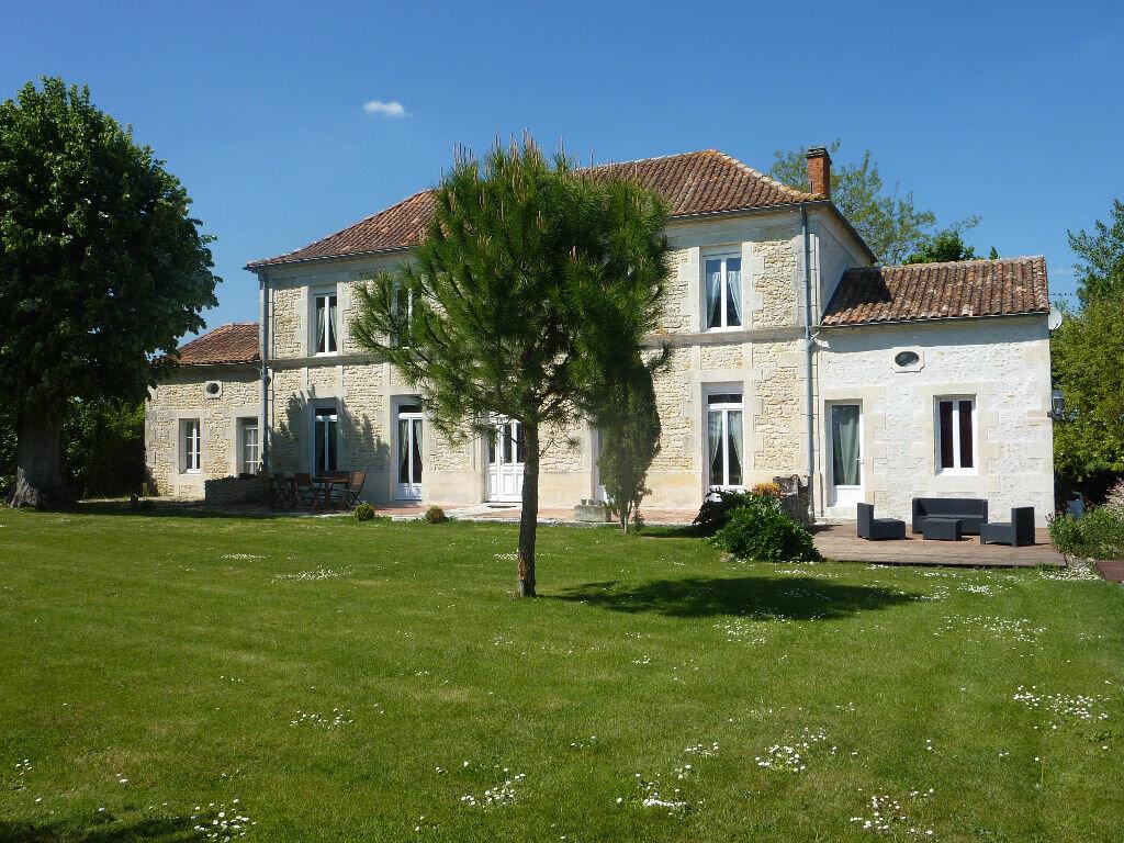 Maison à vendre 7 268m2 à Puy-du-Lac vignette-1