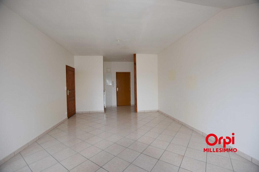 Appartement à louer 3 62.79m2 à Saint-Laurent-de-Chamousset vignette-3