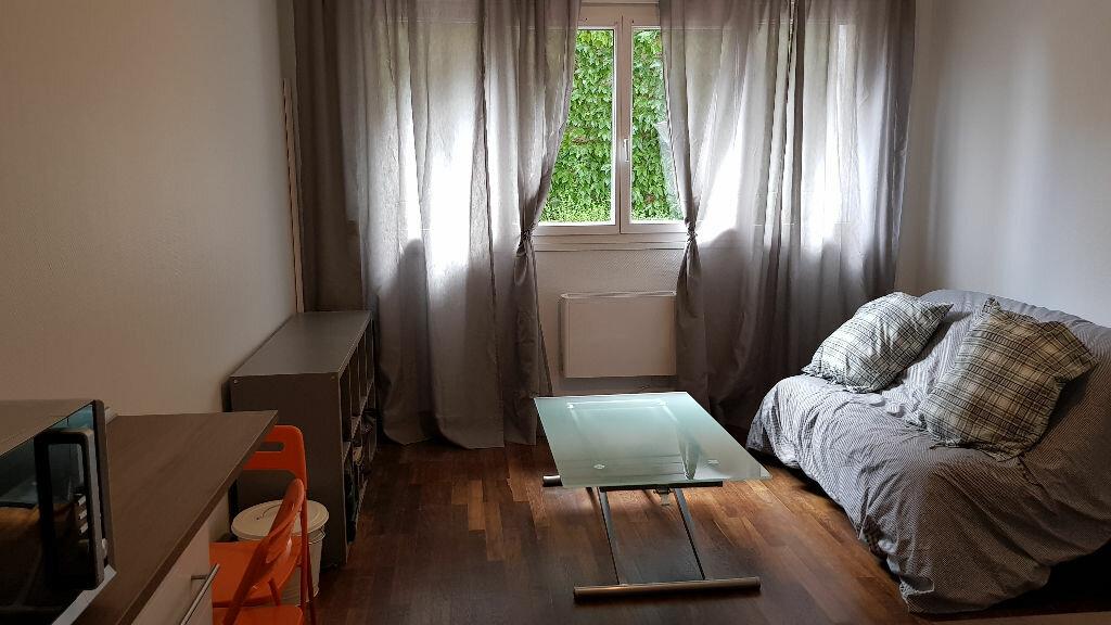 Appartement à louer 1 19.9m2 à Lyon 4 vignette-1