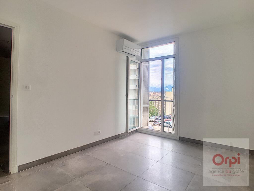 Appartement à louer 4 82m2 à Ajaccio vignette-6