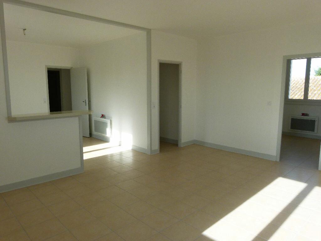 Appartement à louer 4 107m2 à Saint-Just-Luzac vignette-1