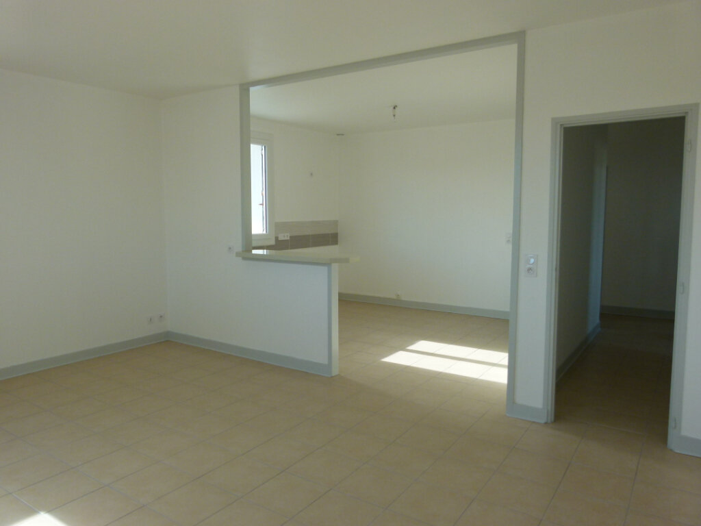 Appartement à louer 4 107m2 à Saint-Just-Luzac vignette-2