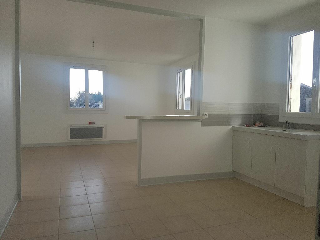 Appartement à louer 4 107m2 à Saint-Just-Luzac vignette-3