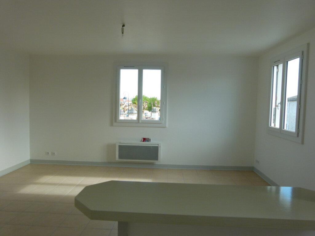 Appartement à louer 4 107m2 à Saint-Just-Luzac vignette-4