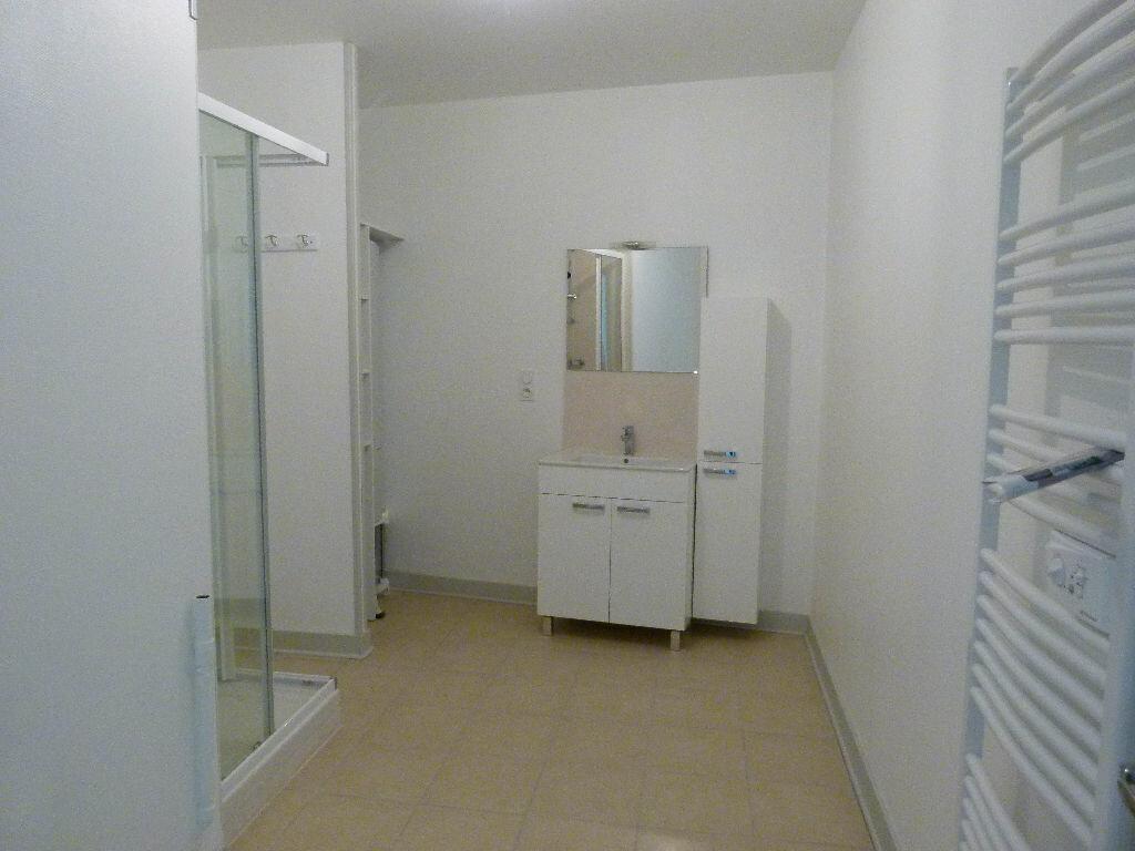 Appartement à louer 4 107m2 à Saint-Just-Luzac vignette-6