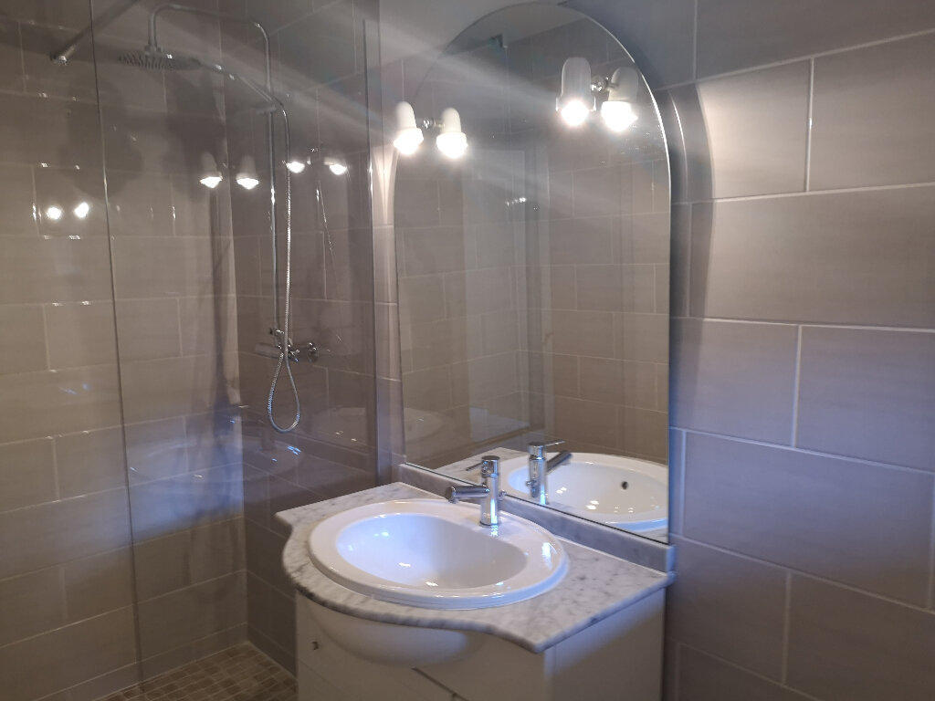 Appartement à louer 3 70m2 à Remoulins vignette-4