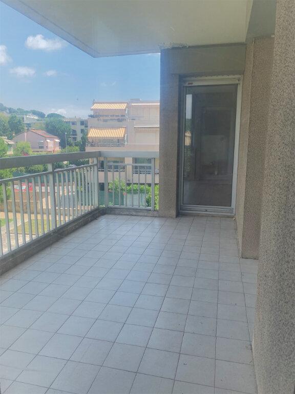 Appartement à louer 4 89m2 à Saint-Laurent-du-Var vignette-6