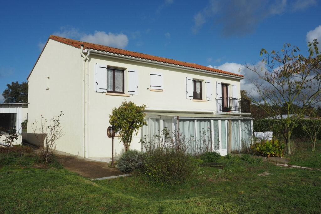Maison à vendre 7 160m2 à Azay-sur-Thouet vignette-1