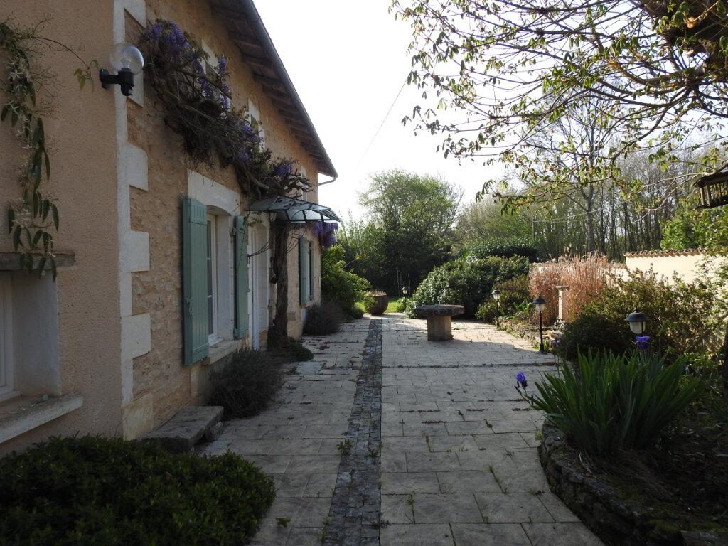 Maison à vendre 5 168m2 à Celle-Lévescault vignette-5