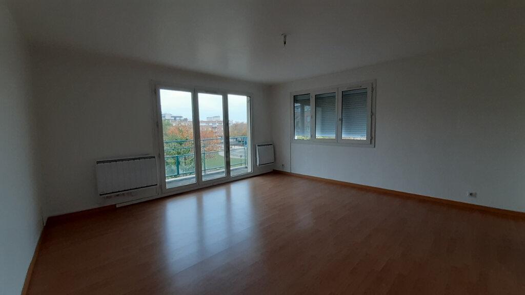 Appartement à louer 3 70m2 à Élancourt vignette-3