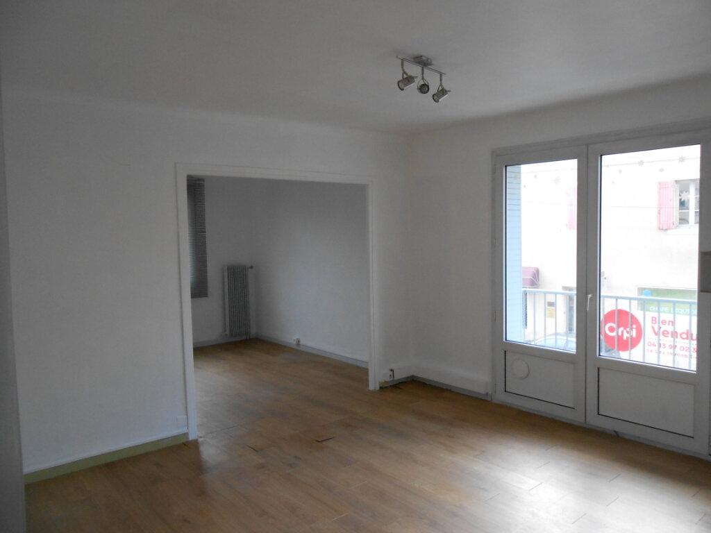 Appartement à louer 4 63m2 à Bollène vignette-1