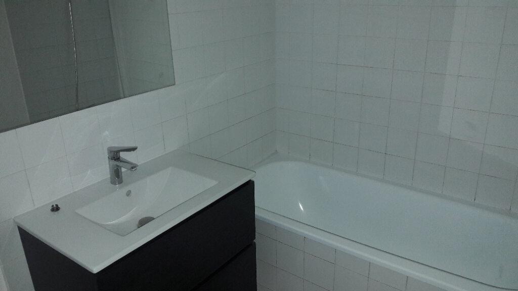 Appartement à louer 3 80m2 à Saint-Ambroix vignette-2