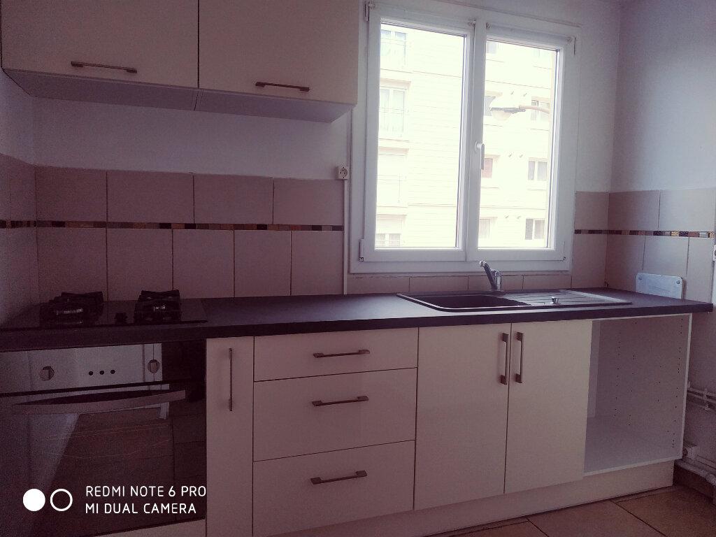 Appartement à louer 5 69.8m2 à Livry-Gargan vignette-3