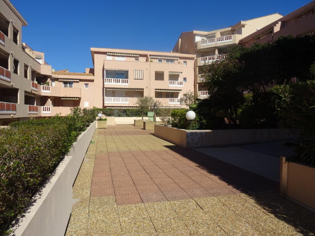 Appartement à louer 2 25m2 à Sainte-Maxime vignette-1