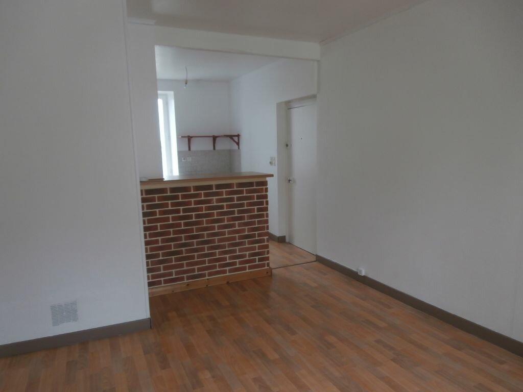 Appartement à louer 2 33m2 à Carhaix-Plouguer vignette-1