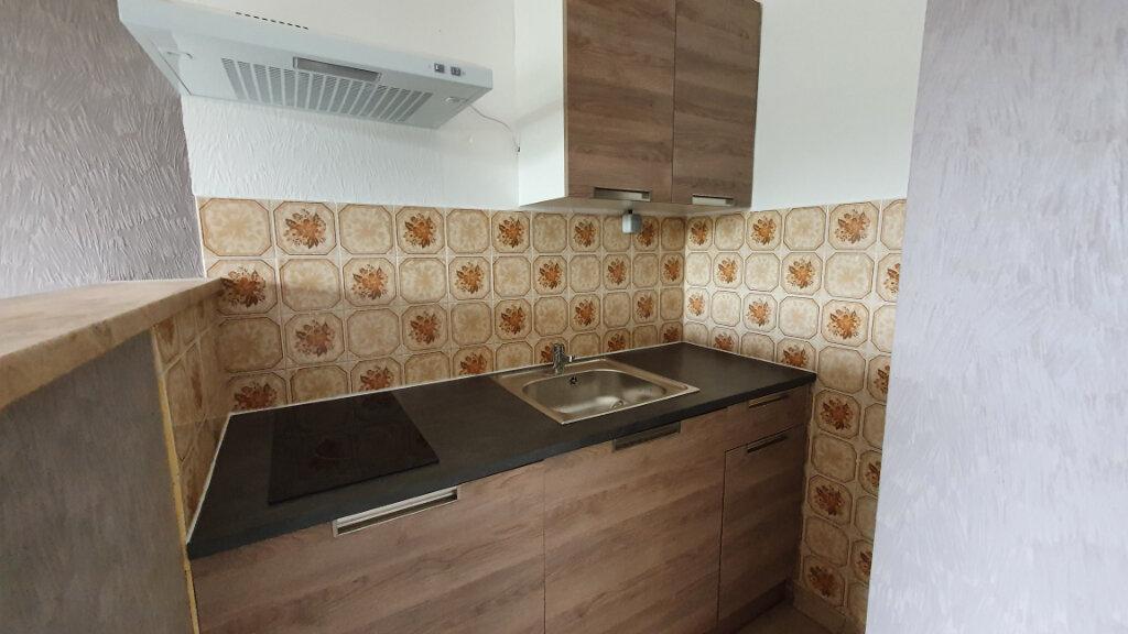 Appartement à louer 3 43.77m2 à Carhaix-Plouguer vignette-1