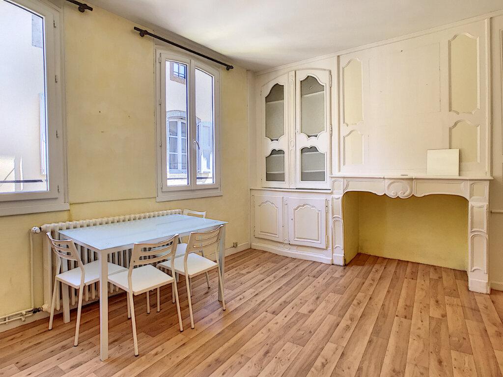 Appartement à louer 1 31m2 à Aurillac vignette-1