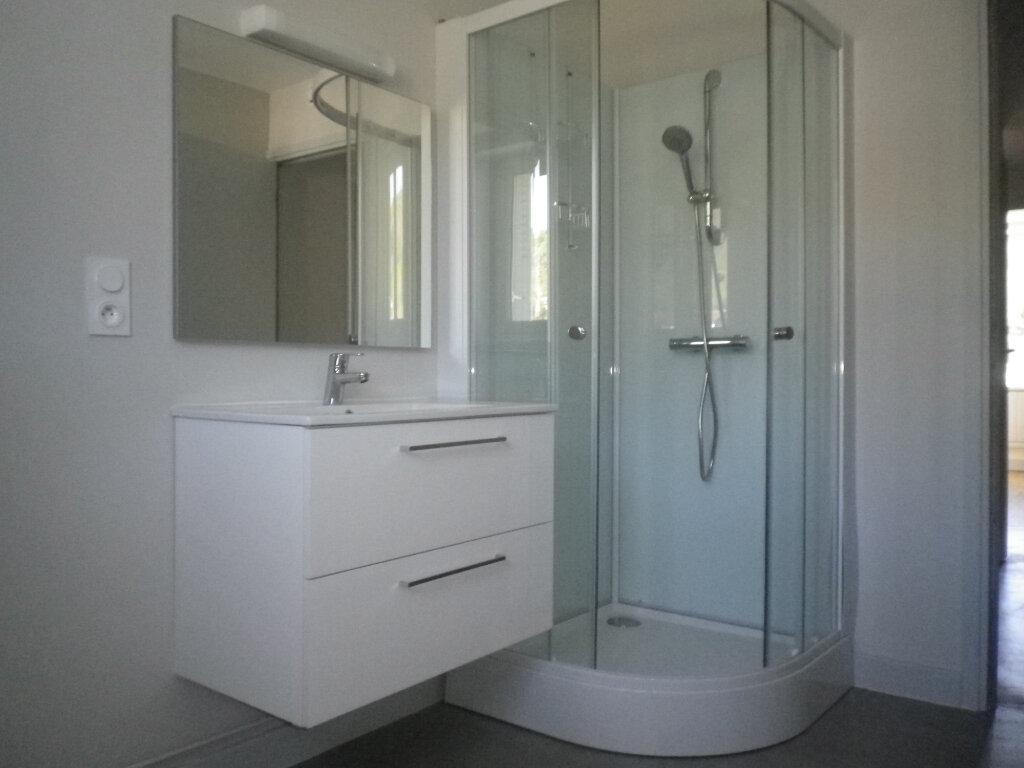 Appartement à louer 3 60.14m2 à Saint-Martin-Valmeroux vignette-2
