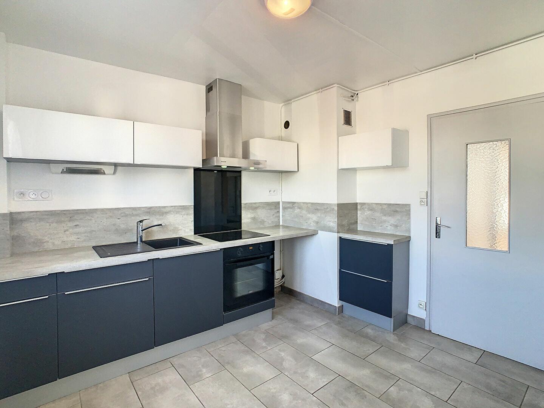 Appartement à louer 4 76m2 à Aurillac vignette-1