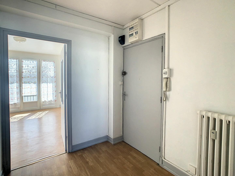 Appartement à louer 4 76m2 à Aurillac vignette-3