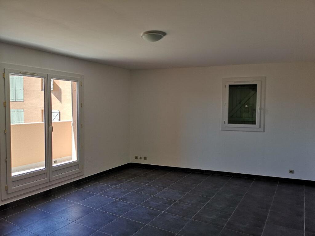 Appartement à louer 3 64.8m2 à Ollioules vignette-3