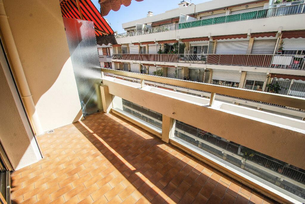 Appartement à louer 3 71.07m2 à Antibes vignette-3