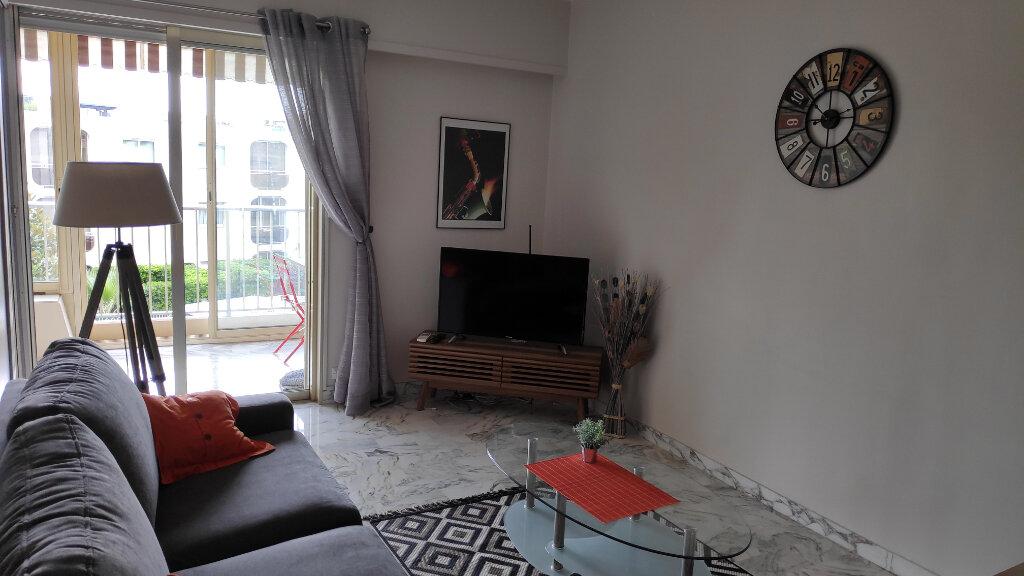 Appartement à louer 1 25m2 à Saint-Laurent-du-Var vignette-1