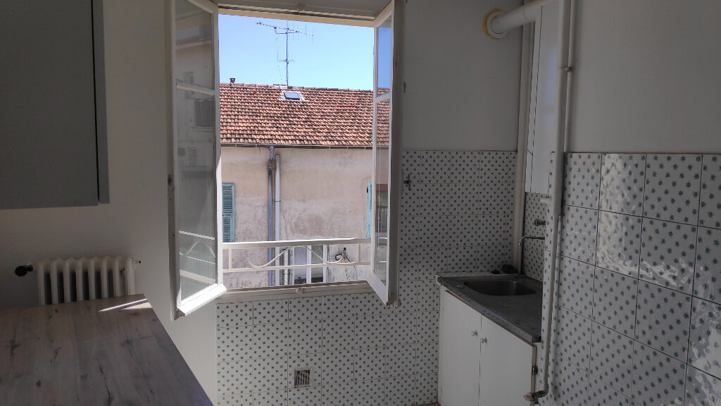Appartement à louer 2 36m2 à Saint-Laurent-du-Var vignette-1