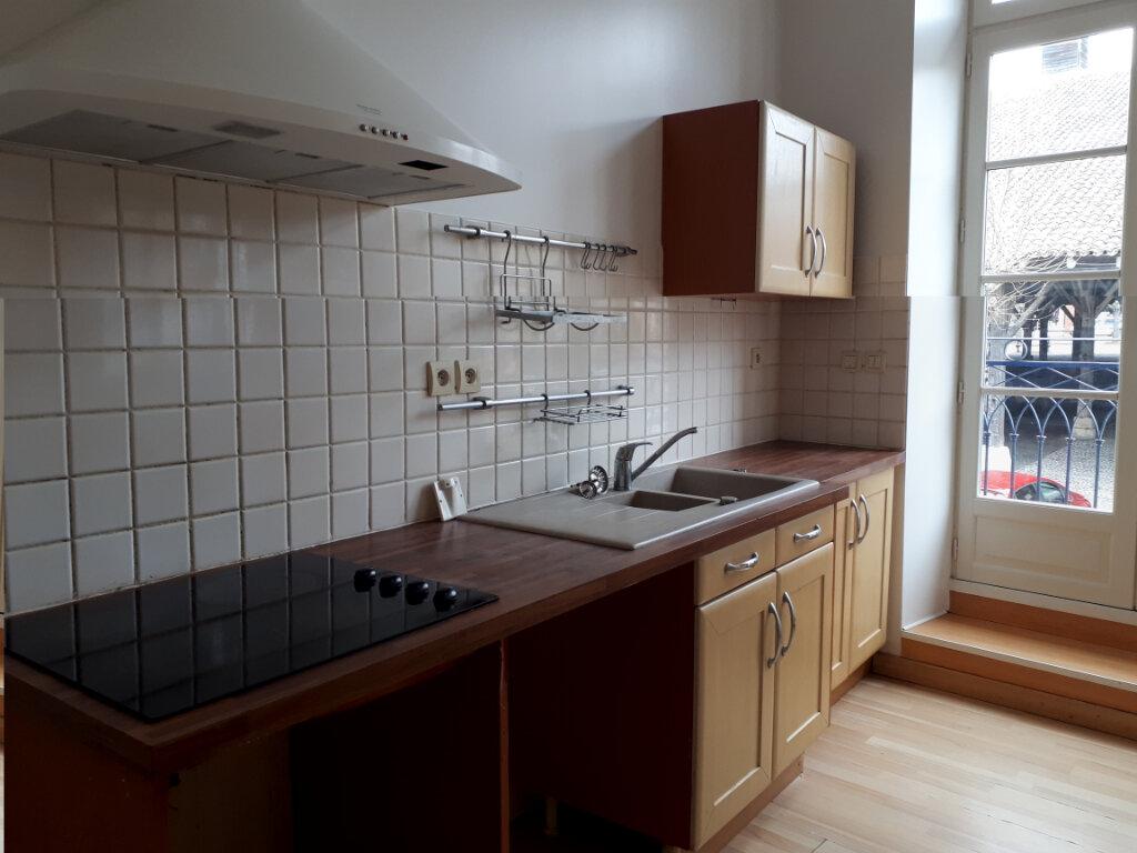 Appartement à louer 3 122m2 à Beaumont-de-Lomagne vignette-1