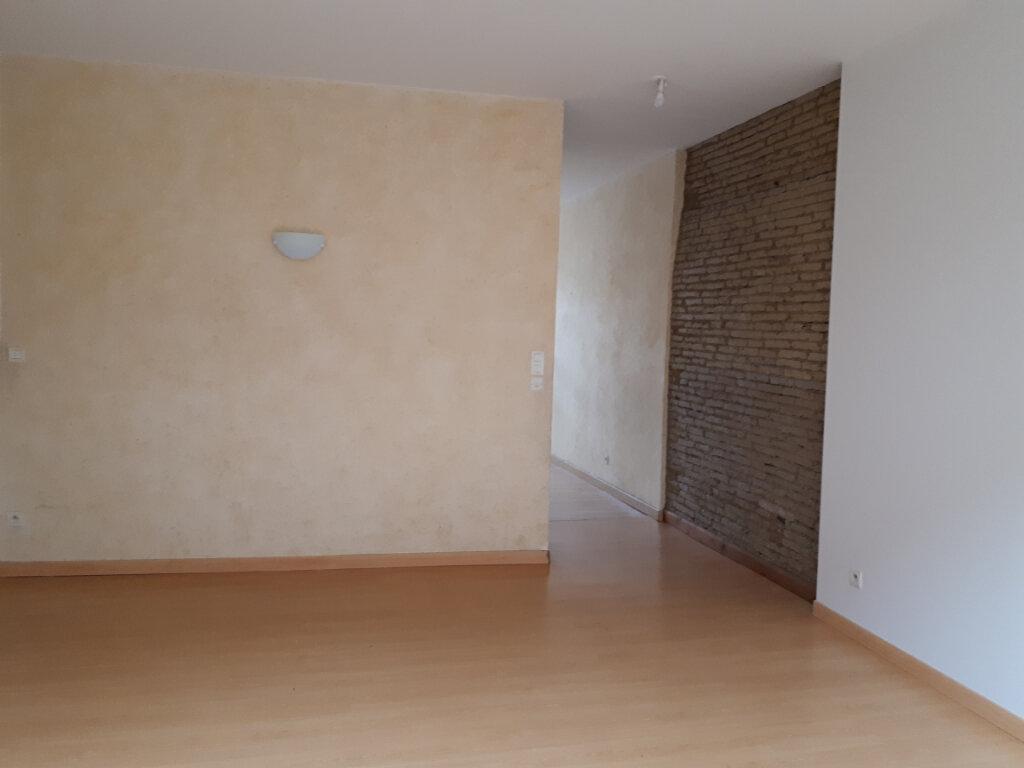 Appartement à louer 3 122m2 à Beaumont-de-Lomagne vignette-2