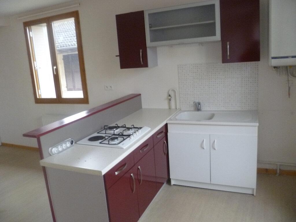 Appartement à louer 2 37m2 à Saint-Étienne-de-Saint-Geoirs vignette-1