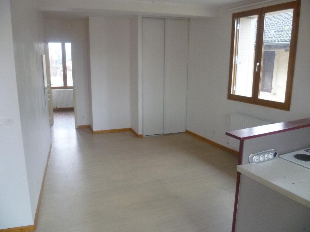 Appartement à louer 2 37m2 à Saint-Étienne-de-Saint-Geoirs vignette-2