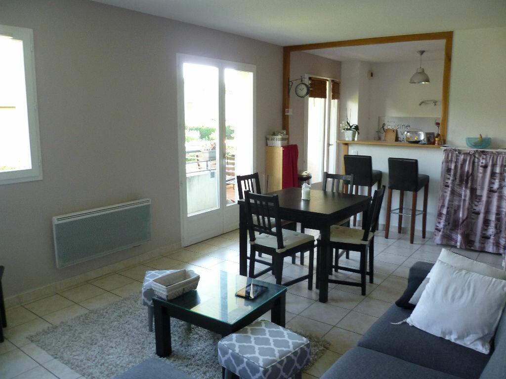 Appartement à louer 3 59.68m2 à Saint-Étienne-de-Saint-Geoirs vignette-2