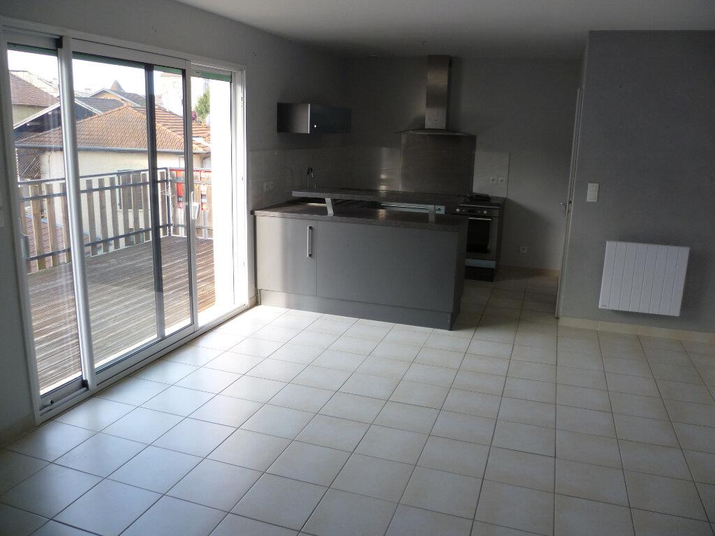 Appartement à louer 3 73.2m2 à Saint-Étienne-de-Saint-Geoirs vignette-2