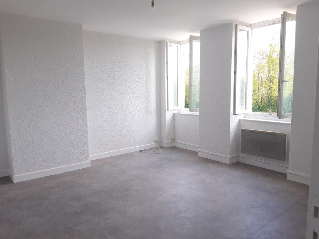 Appartement à louer 3 65m2 à Saint-Léger-des-Vignes vignette-1