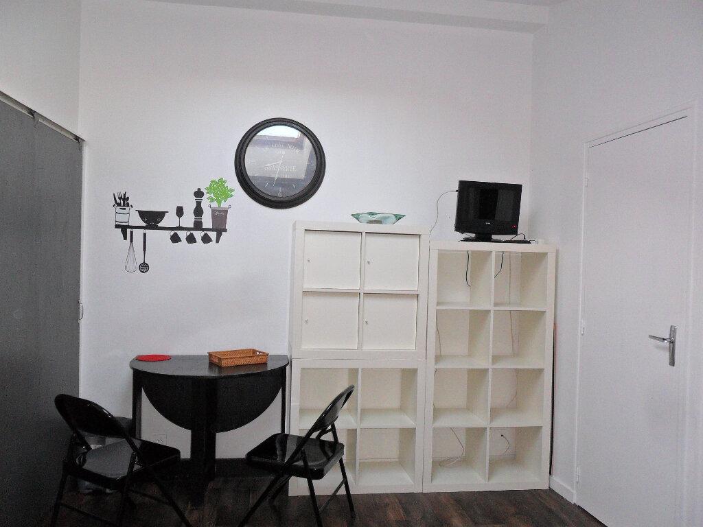 Appartement à louer 2 27m2 à La Rochelle vignette-1