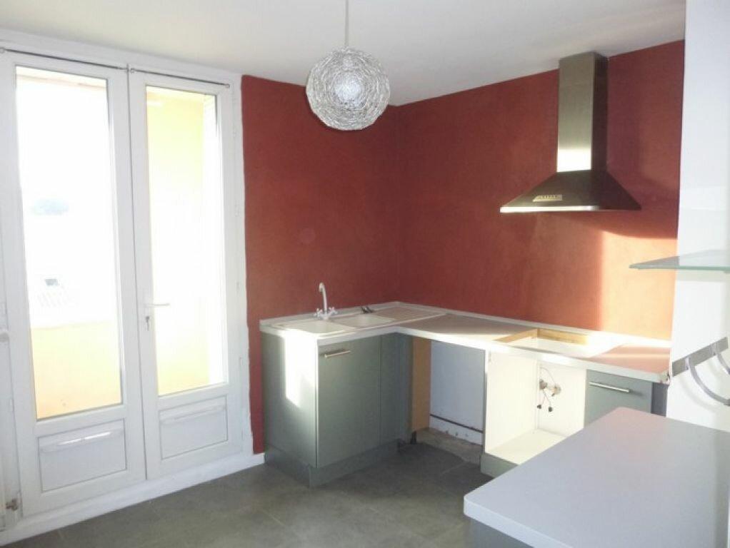 Appartement à louer 4 60.92m2 à Pont-Saint-Esprit vignette-1