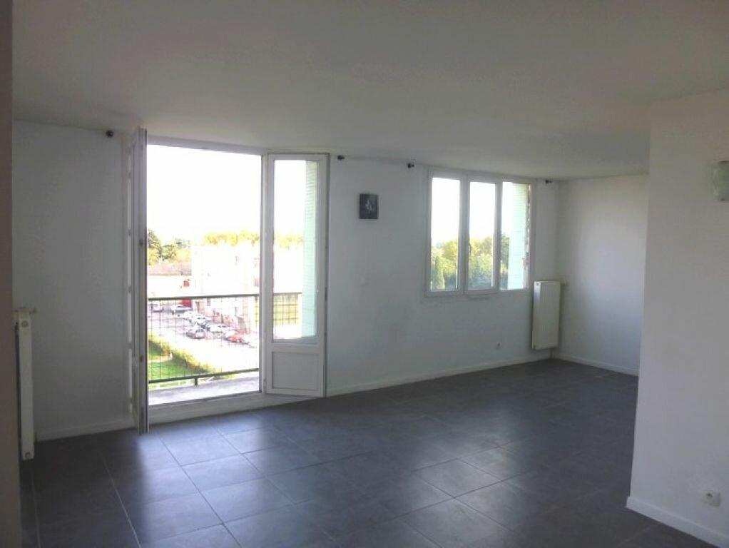 Appartement à louer 4 60.92m2 à Pont-Saint-Esprit vignette-2