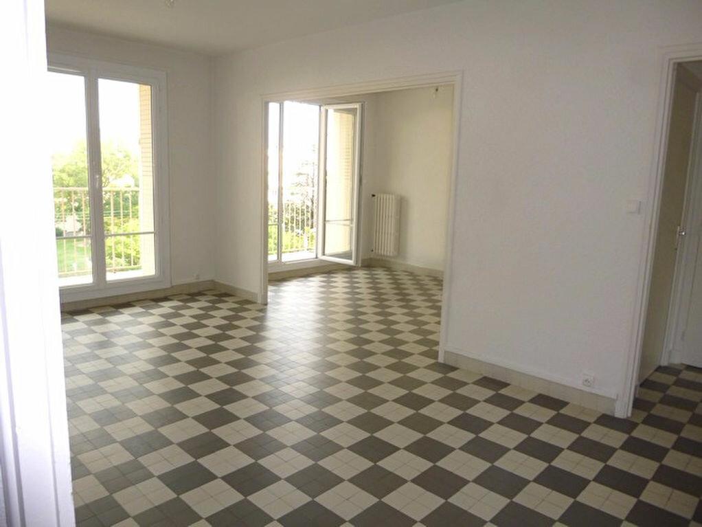 Appartement à louer 4 69.74m2 à Bourg-Saint-Andéol vignette-1