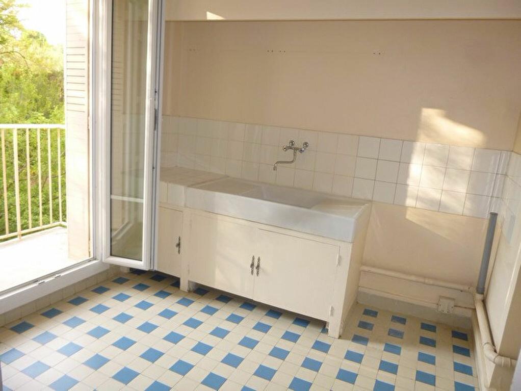 Appartement à louer 4 69.74m2 à Bourg-Saint-Andéol vignette-2