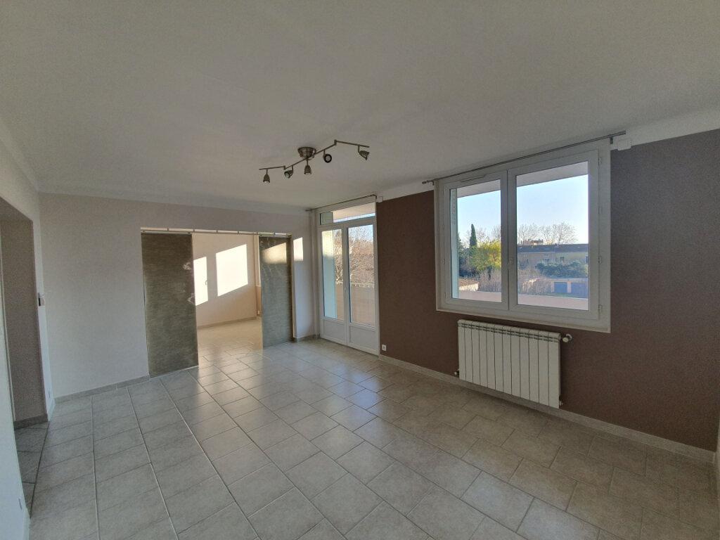Appartement à louer 3 68.5m2 à Pont-Saint-Esprit vignette-2