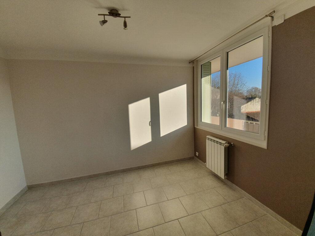 Appartement à louer 3 68.5m2 à Pont-Saint-Esprit vignette-3