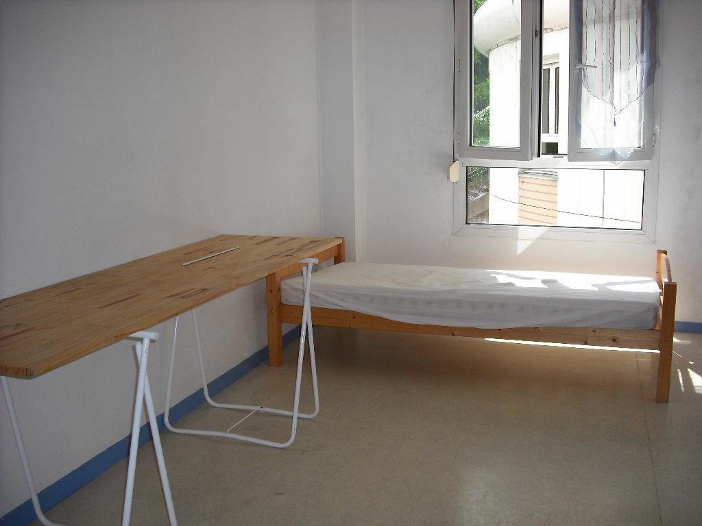 Appartement à louer 1 20.46m2 à Lyon 4 vignette-1