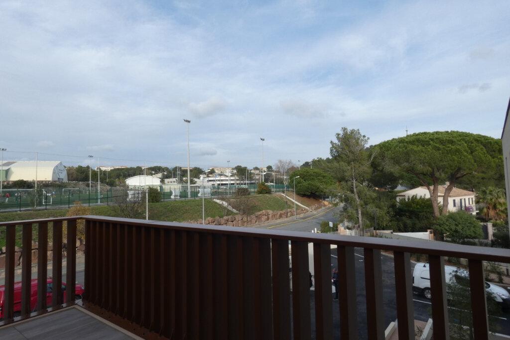 Appartement à louer 2 52m2 à Saint-Raphaël vignette-2