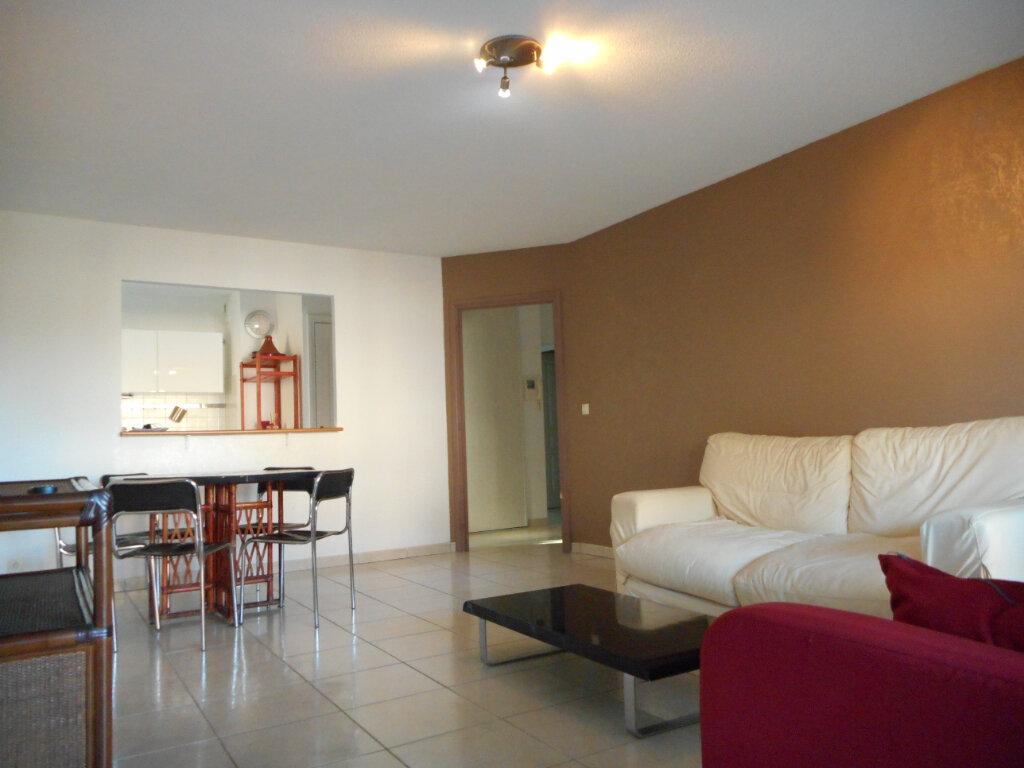 Appartement à louer 3 66.06m2 à Fréjus vignette-2